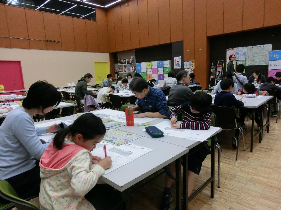 書き写し学習を体験する朝小読者の親子